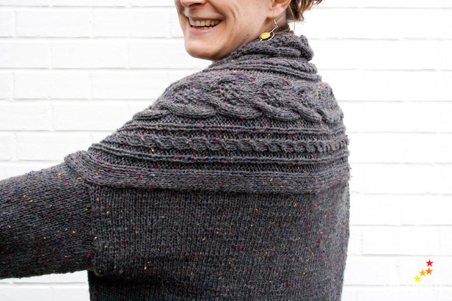 Stranger Cardigan tricoté en Super Tweed gris 9, 600g pour l'avant dernière taille.
