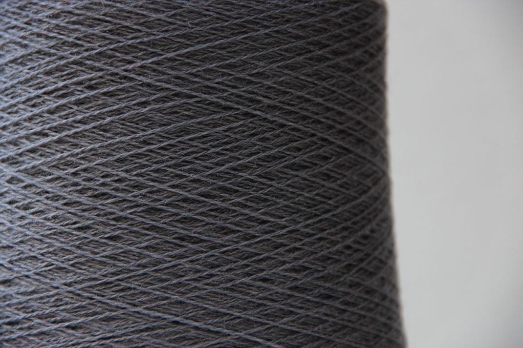 Fil de soie gris acier
