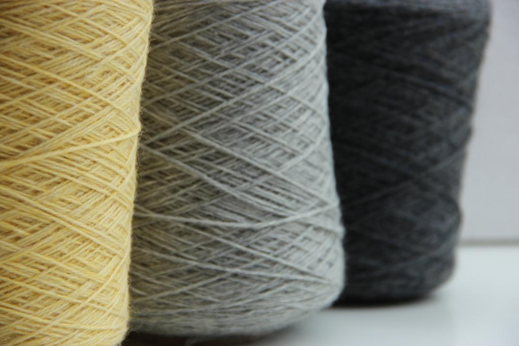 jaune, gris clair, gris anthracite