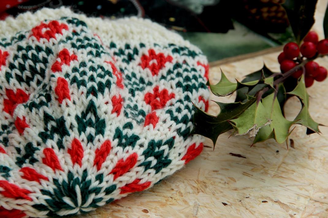 Bonnet ecru, vert, rouge, purple Laines 1
