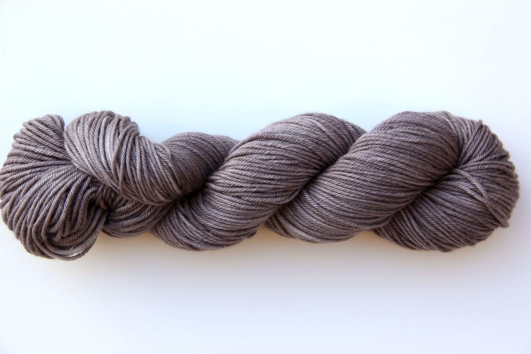 merinos-dk-264-m-purple-laines-teints-a-la-main-gris-argent-3